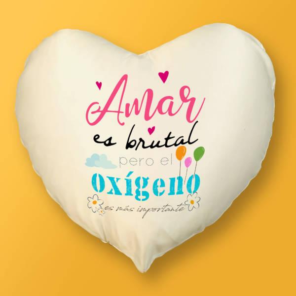 Cojín Corazón Amar es brutal pero el oxígeno es más importante